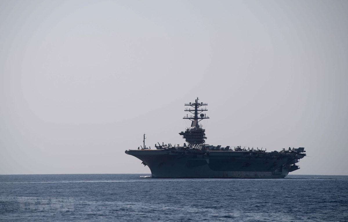 Tàu sân bay USS Nimitz của Hải quân Mỹ đi qua Eo biển Hormuz ngày 18/9/2020. (Ảnh: AFP/TTXVN)