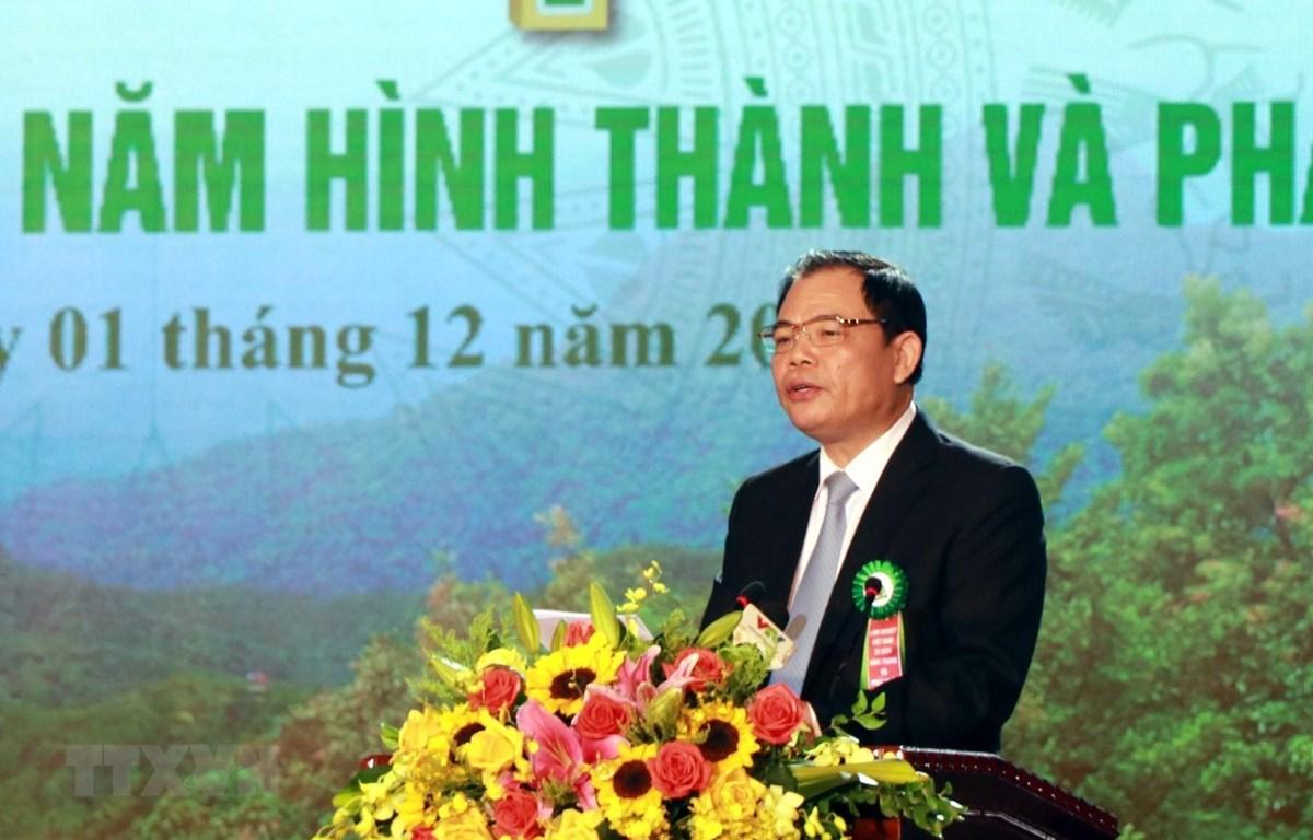 Bộ trưởng Bộ Nông nghiệp và Phát triển nông thôn Nguyễn Xuân Cường đọc diễn văn ôn lại chặng đường 75 năm hình thành phát triển của ngành Lâm nghiệp Việt Nam. (Ảnh: Tá Chuyên/TTXVN)