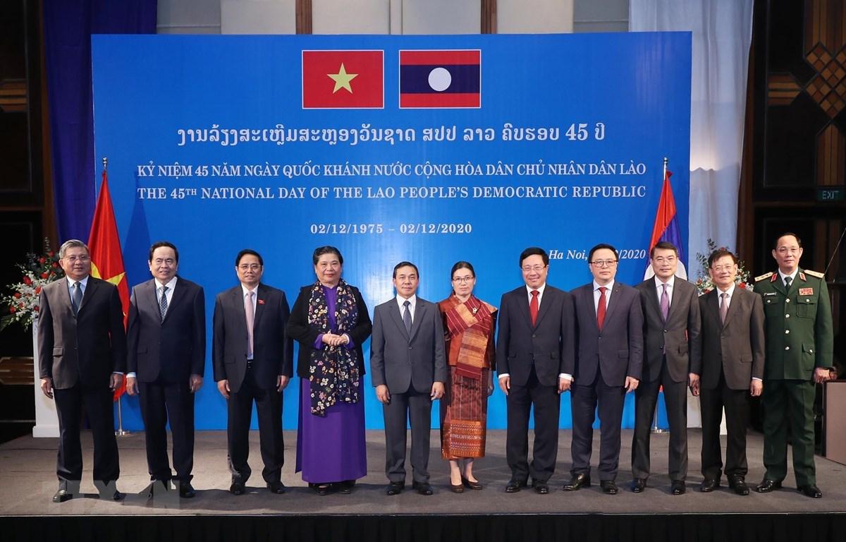 Các đồng chí Lãnh đạo Đảng, Nhà nước và đại biểu dự chiêu đãi kỷ niệm 45 năm Quốc khánh Cộng hòa dân chủ nhân dân Lào. (Ảnh: Lâm Khánh/TTXVN)