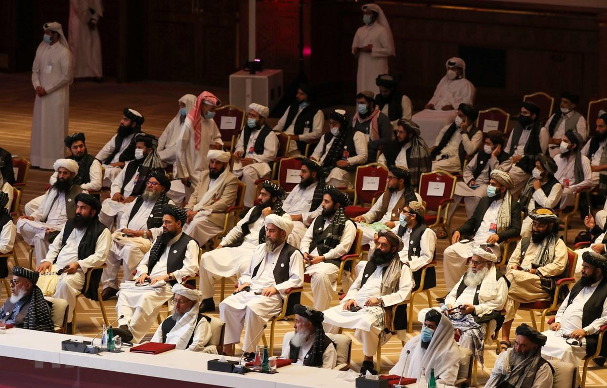 Các thành viên phái đoàn Taliban tại lễ khai mạc vòng đàm phán hòa bình với đại diện Chính phủ Afghanistan ở thủ đô Doha, Qatar ngày 12/9/2020. (Ảnh: AFP/TTXVN)