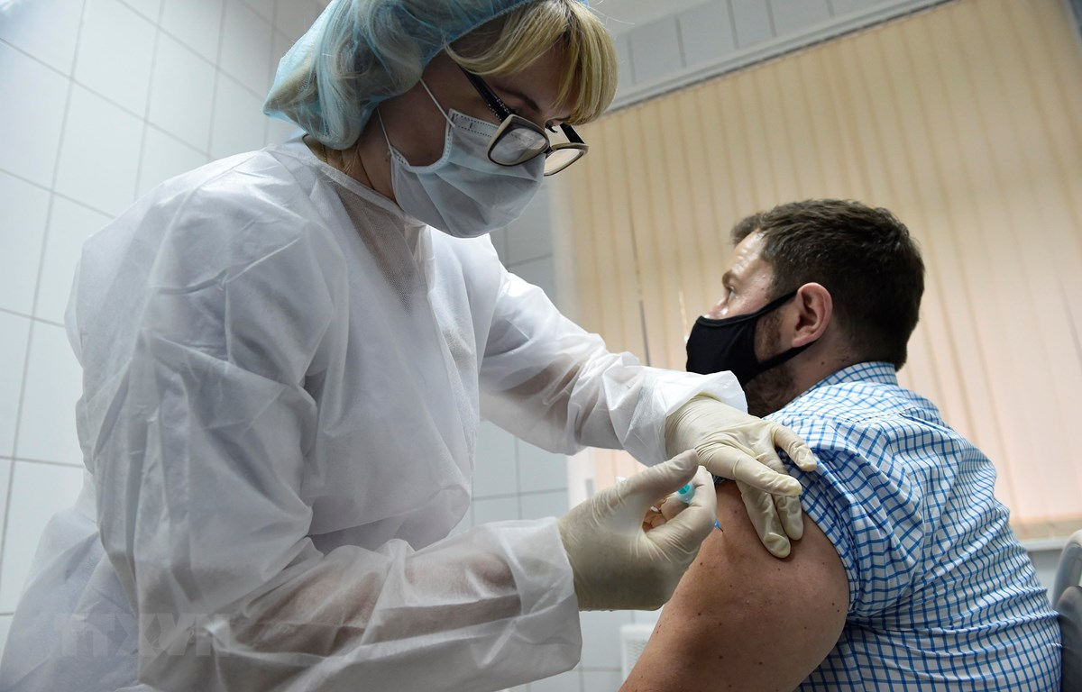 Tiêm thử nghiệm vaccine ngừa COVID-19 cho tình nguyện viên tại Moskva, Nga ngày 10/9/2020. (Ảnh: AFP/TTXVN)