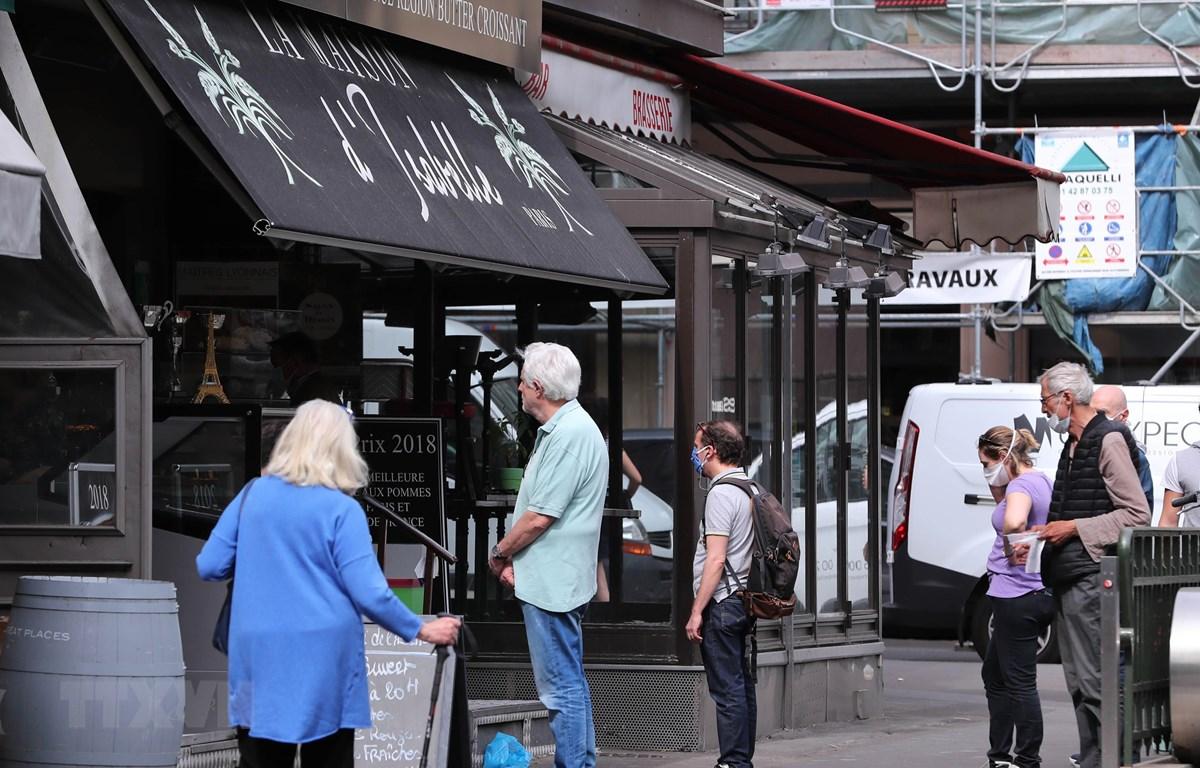 Người dân xếp hàng bên ngoài một hiệu bánh ở Paris, Pháp ngày 22/5/2020. (Ảnh: THX/TTXVN)