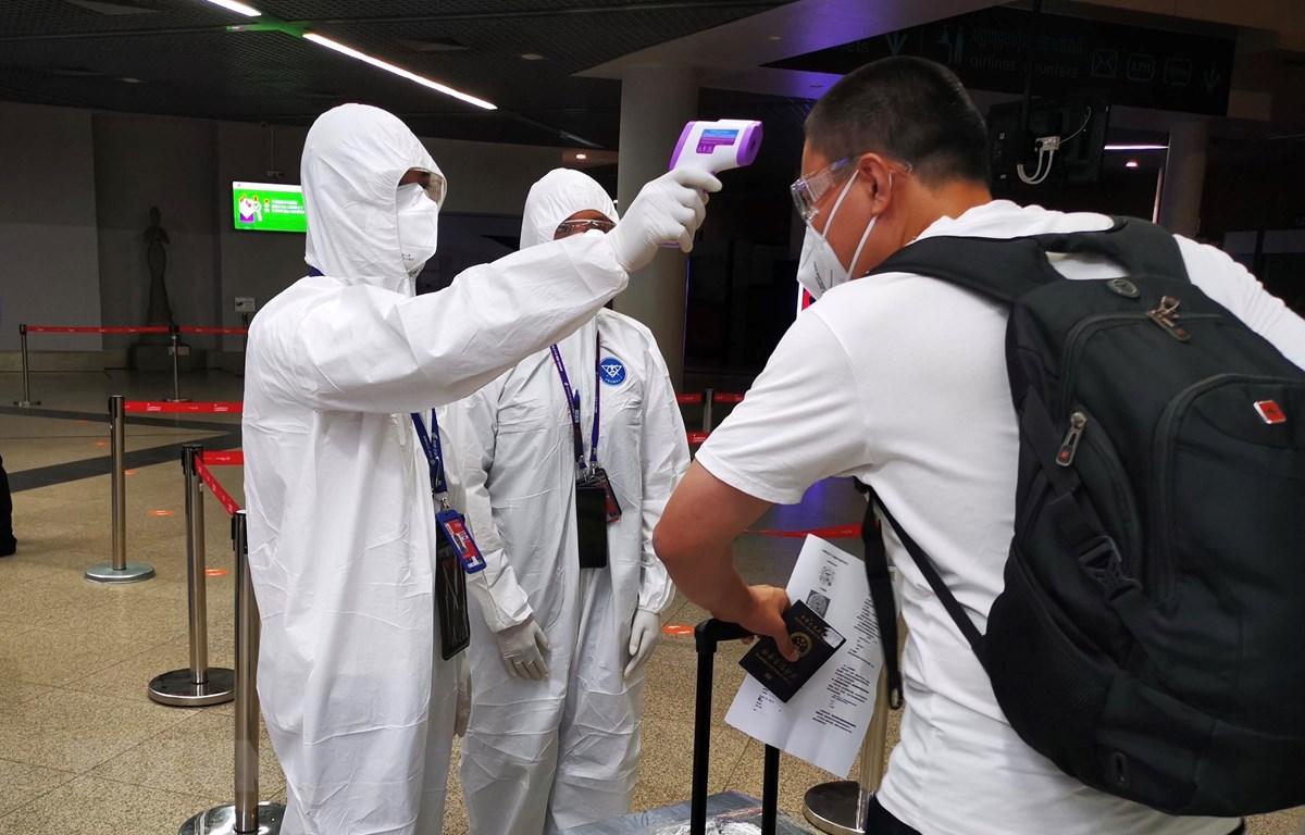 Kiểm tra thân nhiệt phòng lây nhiễm COVID-19 tại sân bay quốc tế Phnom Penh, Campuchia, ngày 2/9/2020. (Ảnh: THX/TTXVN)