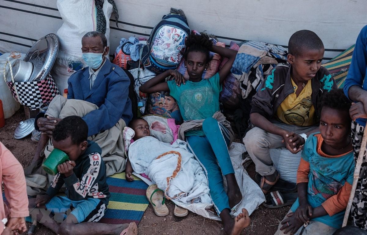 Người dân Ethiopia sơ tán từ vùng chiến sự Tigray tới lánh nạn tại một trại tị nạn ở bang Gedaref, Sudan, ngày 5/12/2020. (Ảnh: AFP/TXTVN)