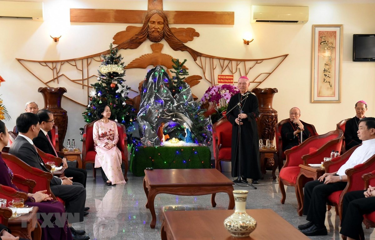Giám mục chính Tòa Giáo phận Xuân Lộc cảm ơn Đoàn công tác đến thăm, chúc mừng Giáng sinh. (Ảnh: Công Phong/TTXVN)