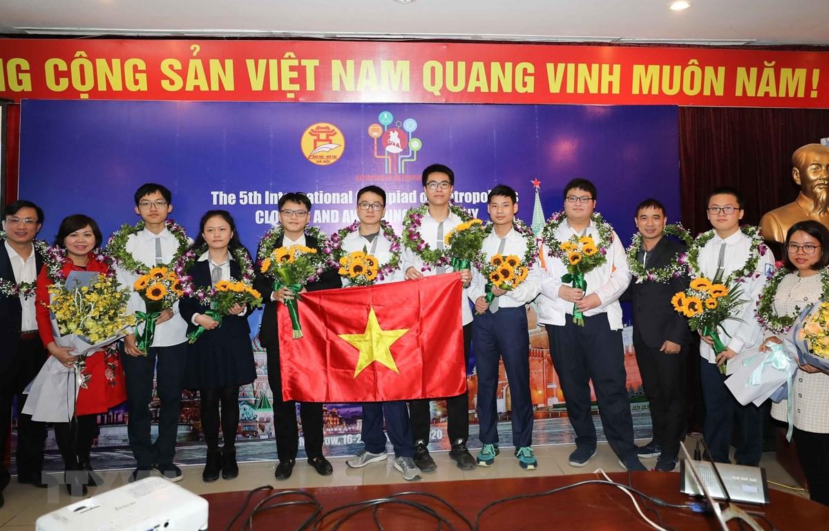 Đội tuyển Hà Nội đạt Cúp Bạc đồng đội và Top 5 thành phố xuất sắc nhất trong cuộc thi tốc độ Bliz-contest. (Ảnh: Thanh Tùng/TTXVN)
