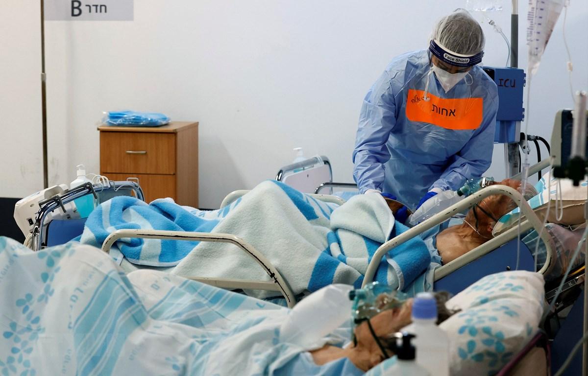 Nhân viên y tế điều trị cho bệnh nhân mắc COVID-19 tại một bệnh viện ở thành phố Haifa, Israel. (Ảnh: AFP/TTXVN)