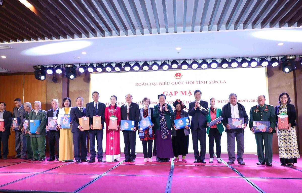 Ủy viên Bộ Chính trị, Phó Chủ tịch Thường trực Quốc hội Tòng Thị Phóng tặng quà lưu niệm cho các đồng chí nguyên đại biểu quốc hội. (Ảnh: Phương Hoa/TTXVN)