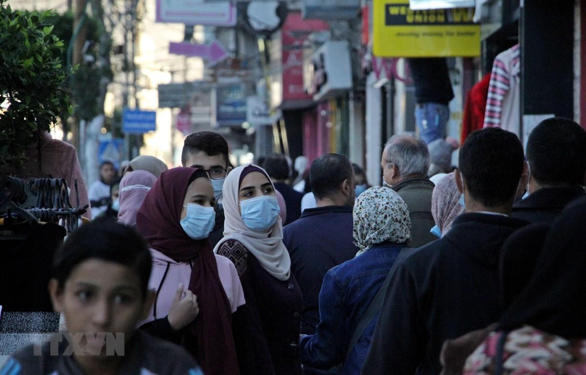Người dân đeo khẩu trang phòng lây nhiễm COVID-19 tại Gaza, Palestine. (Ảnh: THX/TTXVN)