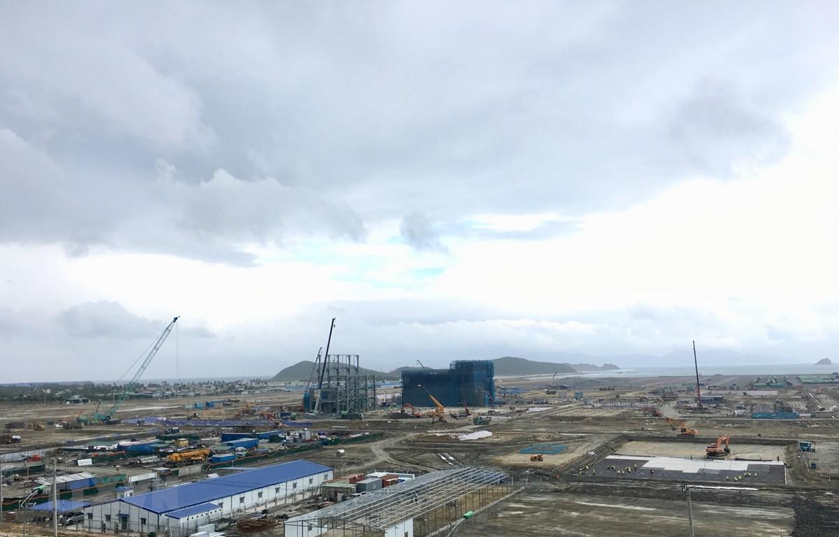 Dự án Nhà máy điện BOT Vân Phong 1 (thuộc Công ty TNHH Điện lực Vân Phong) mặc dù thi công trong giai đoạn khó khăn nhưng tiến độ vượt kế hoạch 0.6%. (Ảnh: Thanh Vân/TTXVN)