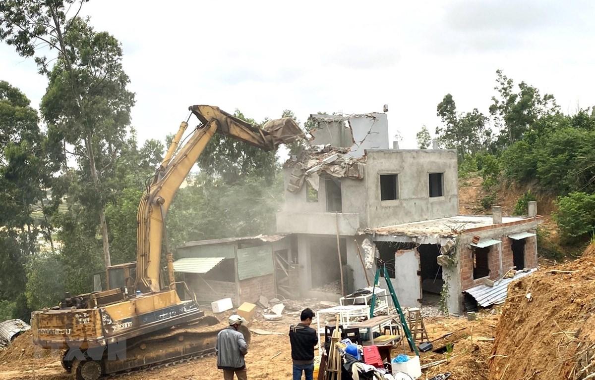 Cưỡng chế tháo dỡ nhà ở xây dựng trái phép trong Khu kinh tế Nhơn Hội. (Ảnh: Nguyên Linh/TTXVN)