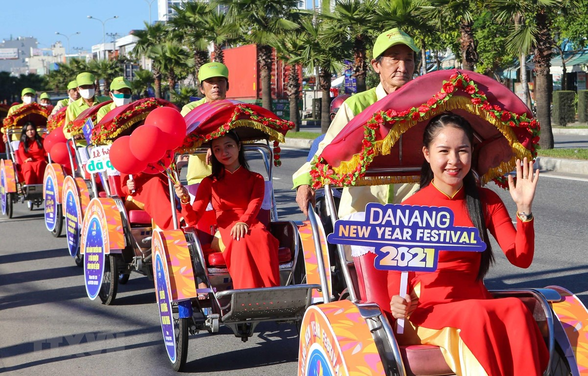 Đoàn diễu hành với những lời Chúc mừng năm mới 2021 trên các tuyến đường Đà Nẵng. (Ảnh: Trần Lê Lâm/TTXVN)