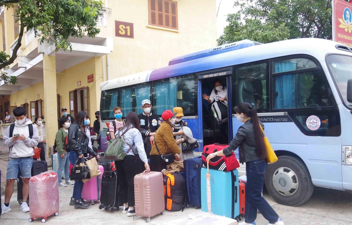 Các công dân hoàn thành thời gian cách ly trở về địa phương. (Ảnh: Đinh Tuấn/TTXVN)