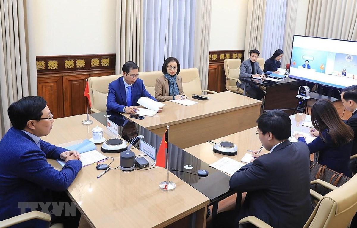Phó Thủ tướng, Bộ trưởng Bộ Ngoại giao Phạm Bình Minh trực tuyến với Bộ trưởng Ngoại giao và Hợp tác nước Cộng hòa dân chủ Timor-Leste, bà Adaljiza Magno. (Ảnh: Lâm Khánh/TTXVN)