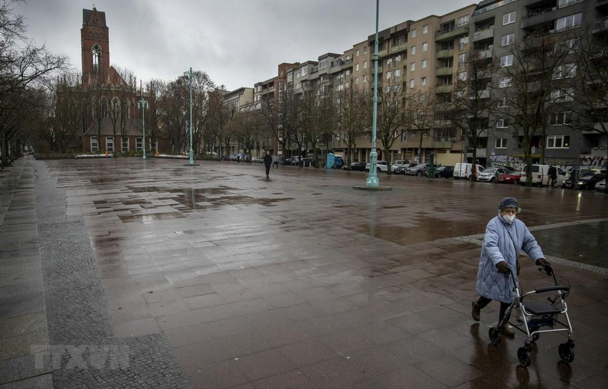 Cảnh vắng vẻ tại quảng trường Winterfeldtplatz ở Berlin, Đức trong bối cảnh các biện pháp hạn chế được áp dụng nhằm ngăn chặn sự lây lan của dịch COVID-19 ngày 12/1/2021. (Ảnh: AFP/TTXVN)