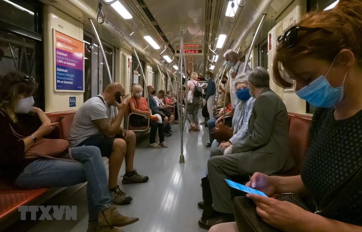 Người dân đeo khẩu trang phòng lây nhiễm COVID-19 trên tàu điện ngầm ở Budapest, Hungary. (Ảnh: THX/TTXVN)