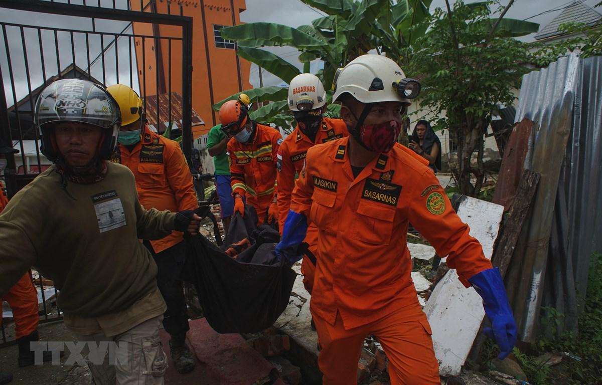 Nhân viên cứu hộ chuyển thi thể nạn nhân thiệt mạng trong trận động đất ở Mamuju, Tây Sulawesi, Indonesia, ngày 15/1/2021. Ảnh: THX/TTXVN