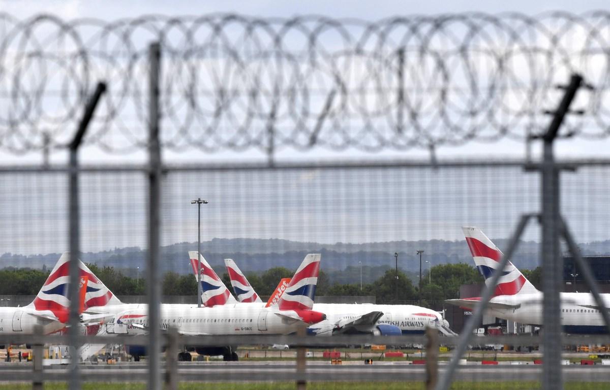 Máy bay đỗ tại sân bay London Gatwick, Anh ngày 1/5/2020. (Ảnh: AFP/TTXVN)