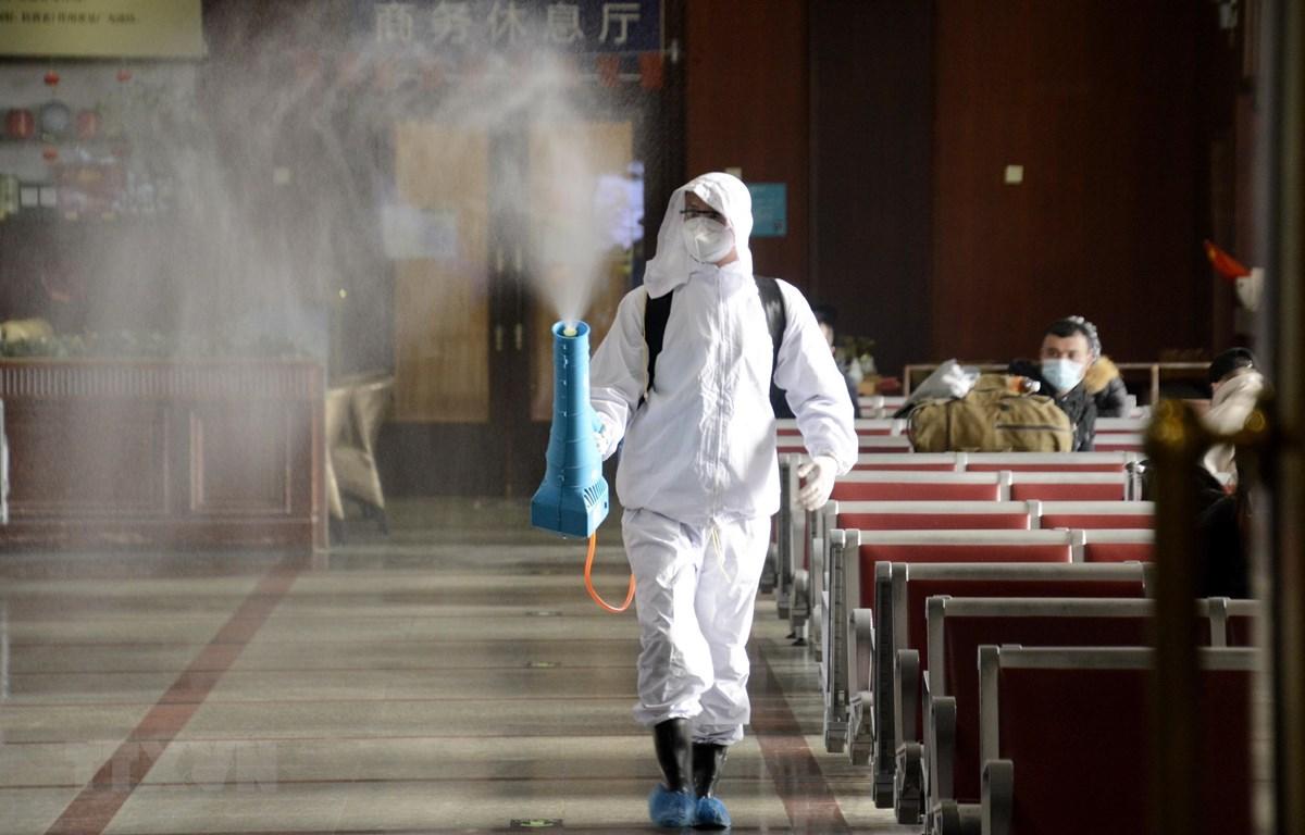 Phun thuốc khử trùng nhằm ngăn chặn sự lây lan của dịch COVID-19 tại một nhà ga ở Bắc Kinh, Trung Quốc. (Ảnh: THX/TTXVN)