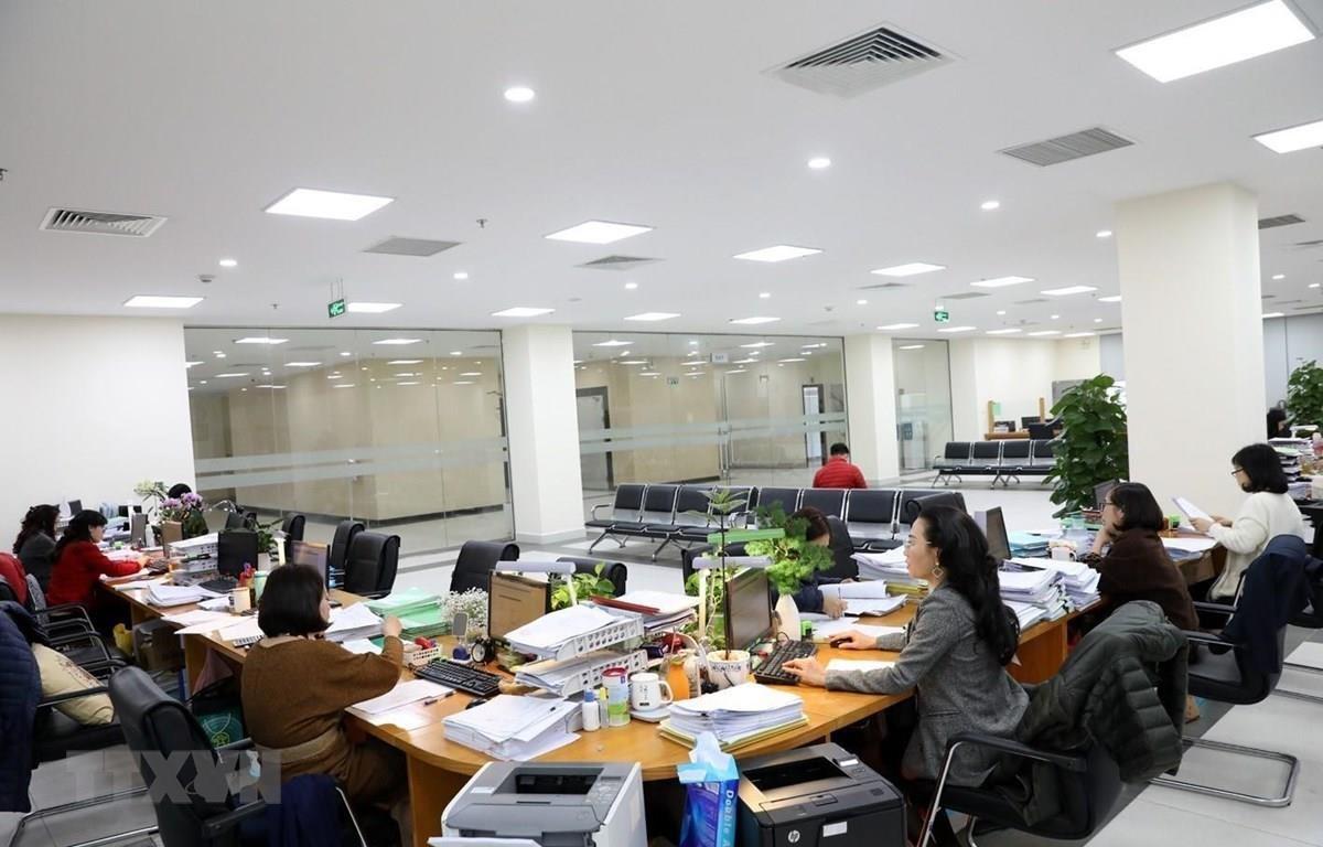 Hoạt động nghiệp vụ kế toán kiểm soát chi tại Kho bạc Nhà nước Hà Nội. (Ảnh: Phạm Hậu/TTXVN)