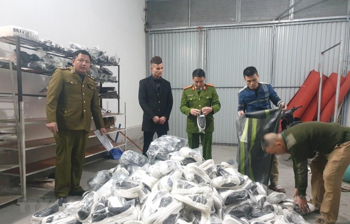 Lực lượng chức năng phát hiện thu giữ các sản phẩm quần áo, giầy dép lậu tại Hải Dương. (Ảnh: TTXVN phát)