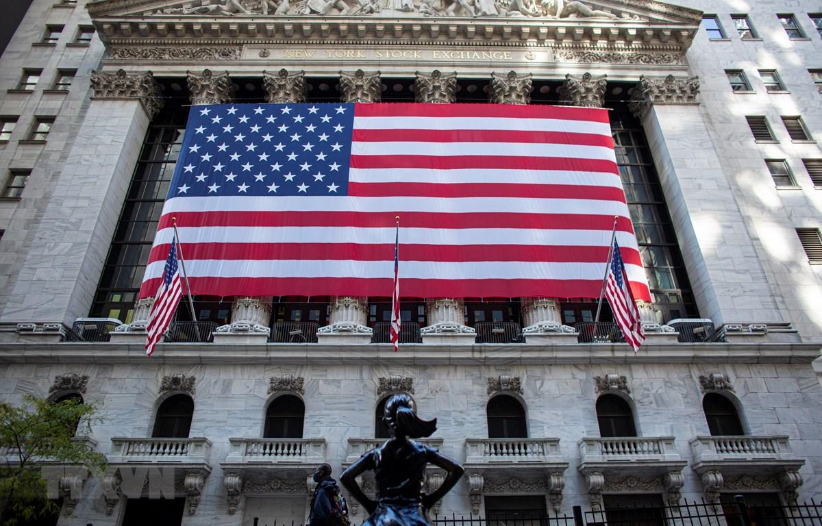 Quang cảnh bên ngoài sàn giao dịch chứng khoán New York, Mỹ. (Ảnh: AFP/TTXVN)