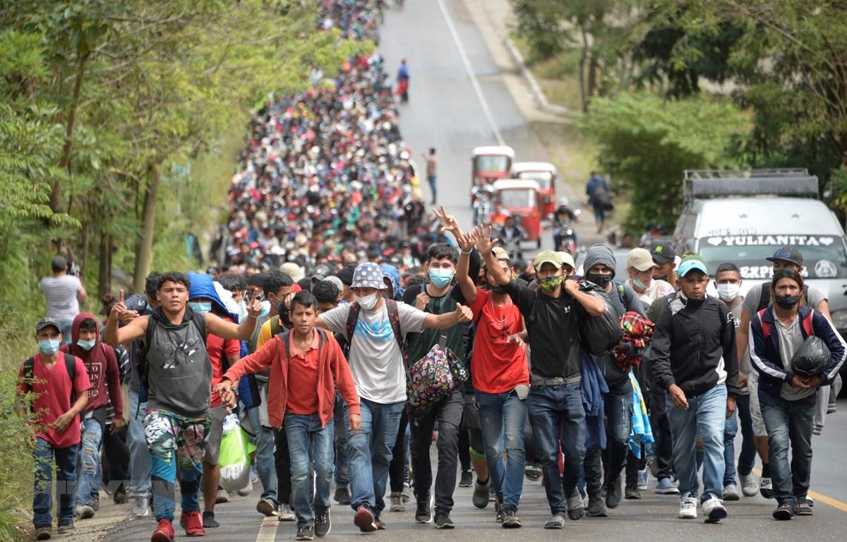 Người di cư Honduras di chuyển tại Camotan, Guatemala trong hành trình tới Mỹ ngày 16/1/2021. (Ảnh: AFP/TTXVN)