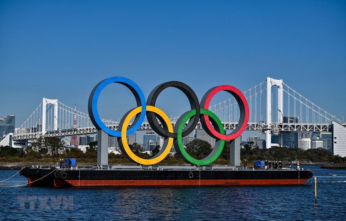 Biểu tượng của Olympic Tokyo tại Tokyo, Nhật Bản, ngày 1/12/2020. (Ảnh: AFP/TTXVN)