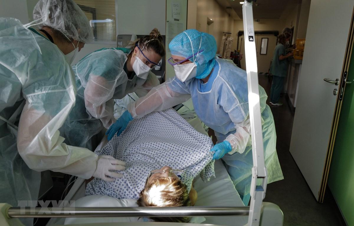 Nhân viên y tế điều trị cho bệnh nhân mắc COVID-19 tại một bệnh viện ở Colmar, Pháp ngày 22/1/2021. (Ảnh: AFP/TTXVN)