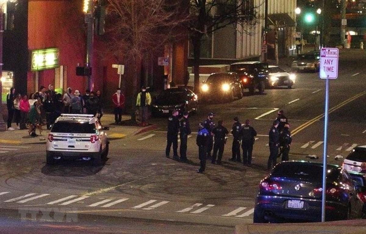 Cảnh sát Mỹ làm nhiệm vụ trên một đường phố ở Washington, DC. (Ảnh: AP/TTXVN)