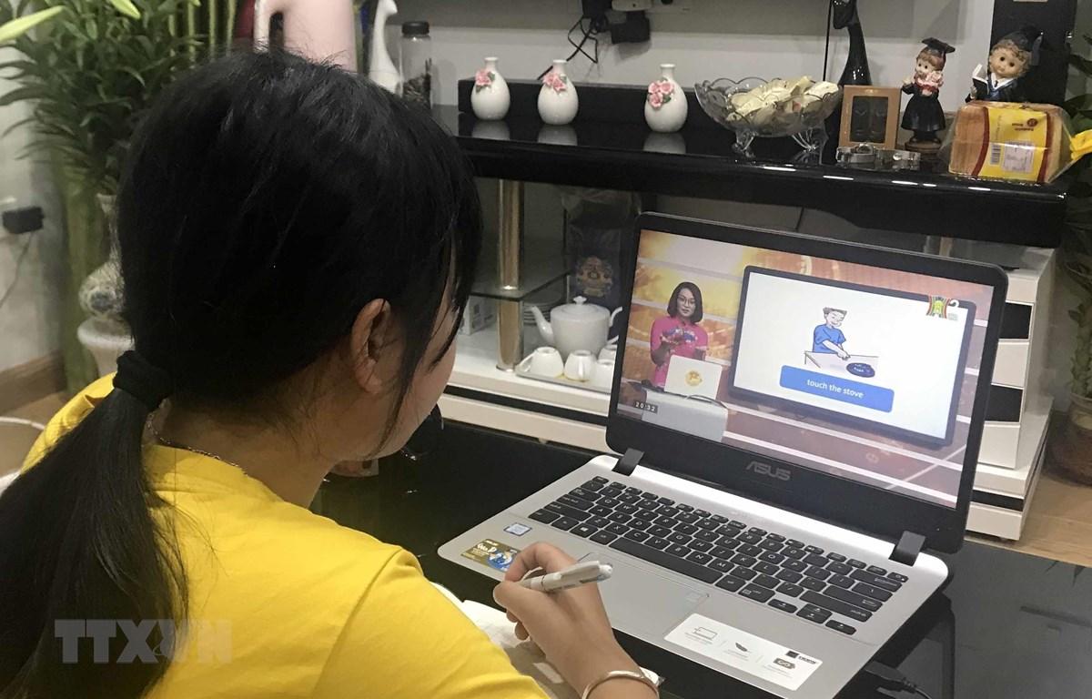 Học sinh trường Tiểu học Phương Mai (Đống Đa, Hà Nội) học qua truyền hình tại nhà. (Ảnh: TTXVN phát)