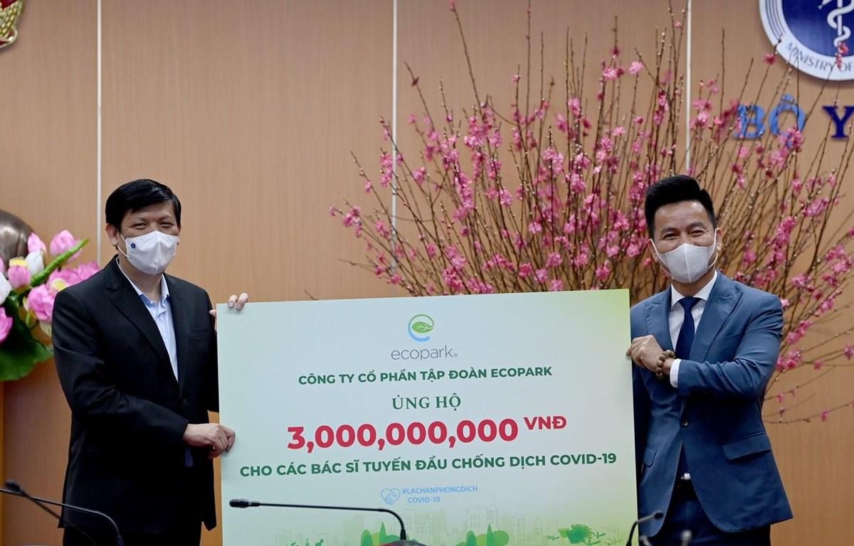 Ông Trần Quốc Việt, Tổng Giám đốc Ecopark (phải) trao tặng 3 tỷ đồng cho các bác sỹ tuyến đầu chống dịch COVID-19.