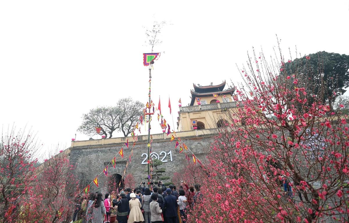 Dựng cây nêu ngày Tết tại Hoàng thành Thăng Long, Hà Nội. (Ảnh: Thanh Tùng/TTXVN)