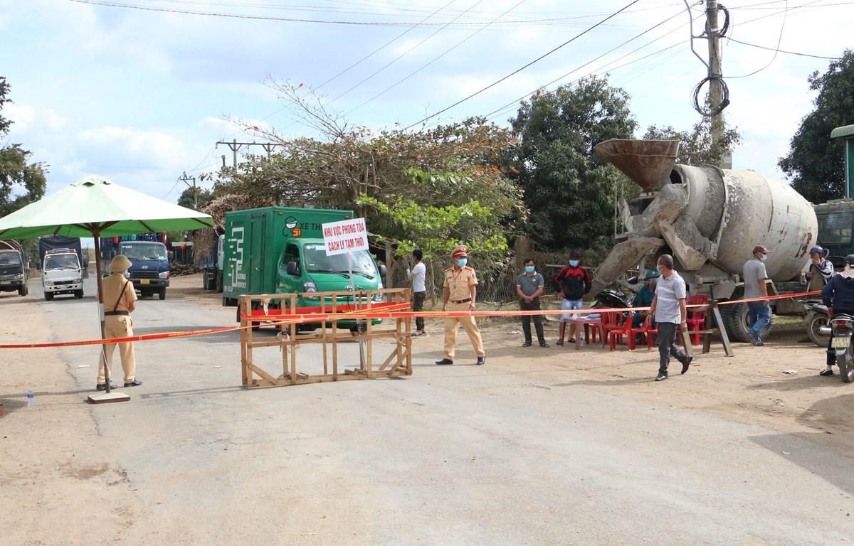 Các chốt chặn kiểm soát chặt chẽ người và phương tiện tại các điểm có trường hợp dương tính với SARS-CoV-2 tại Gia Lai. (Ảnh: Quang Thái/TTXVN)