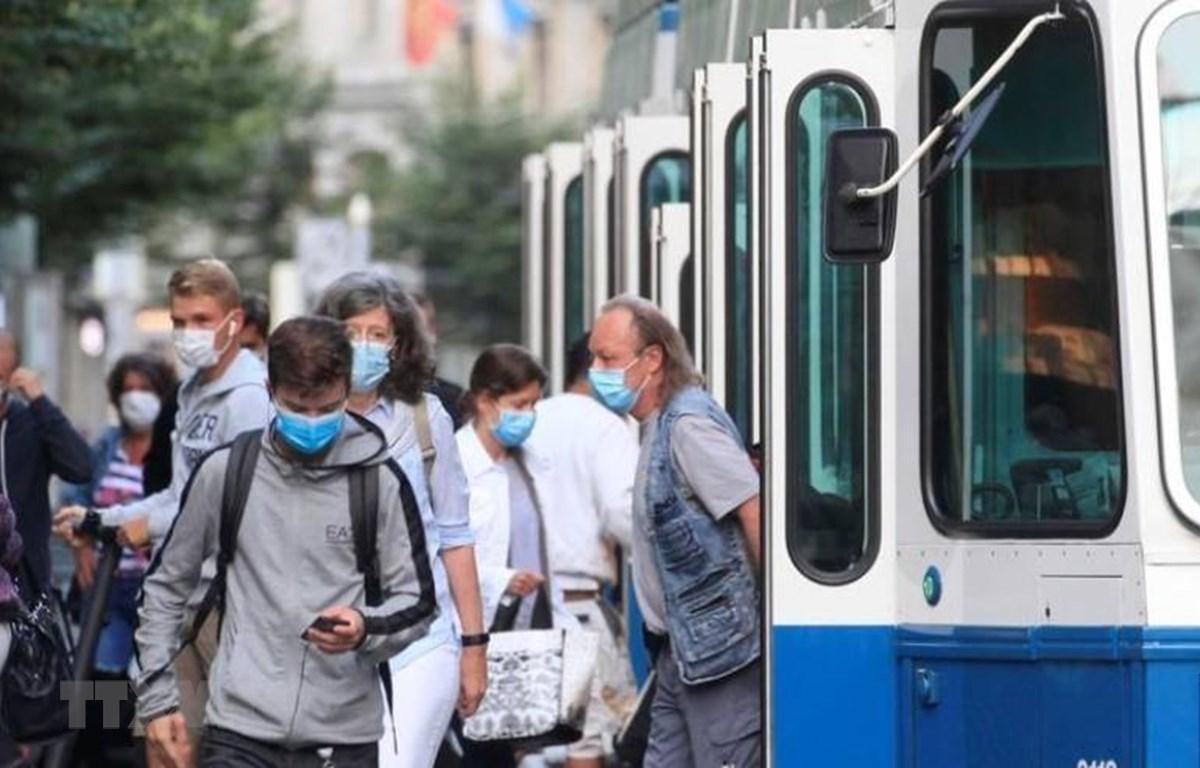 Người dân đeo khẩu trang phòng dịch COVID-19 khi sử dụng phương tiện lưu thông công cộng tại Zurich, Thụy Sĩ. (Ảnh: Reuters/TTXVN)
