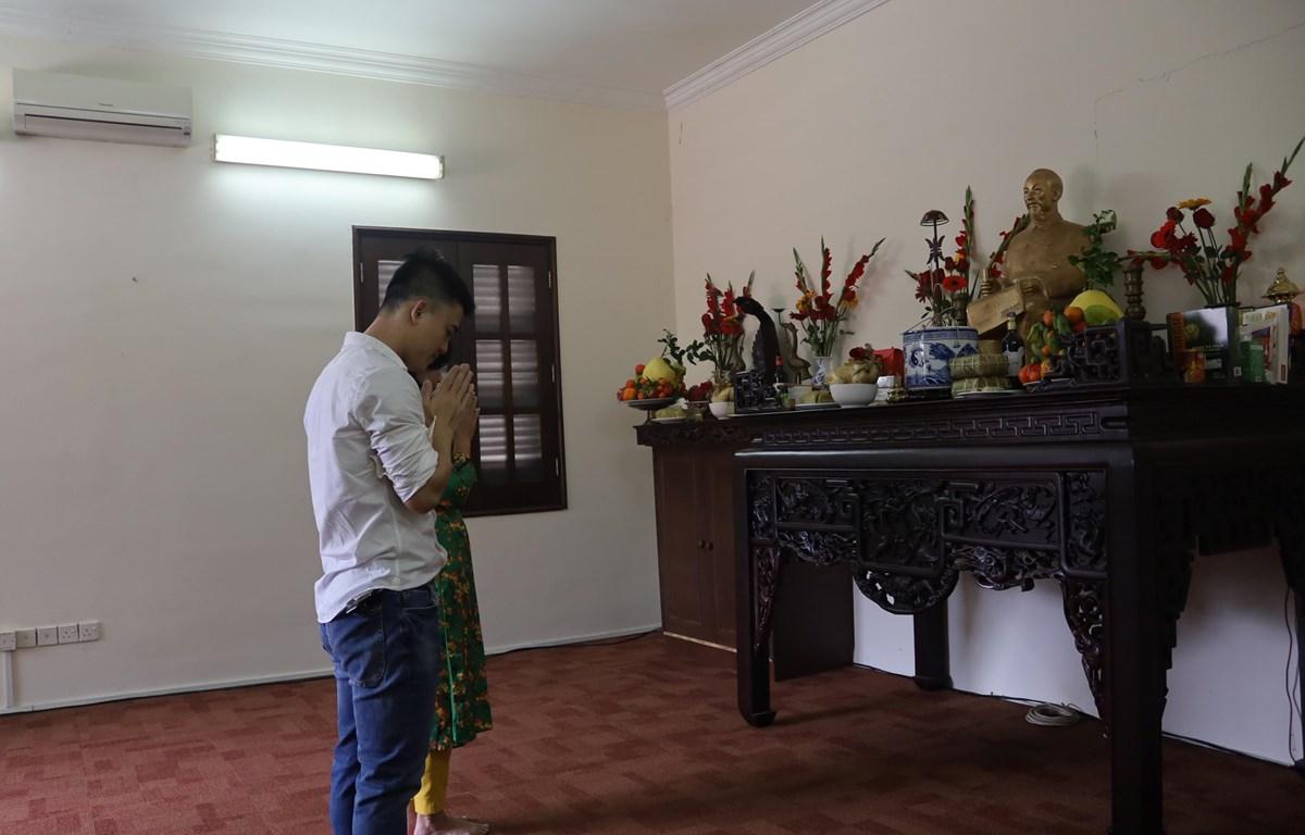 Đại diện kiều bào tại Malaysia đang hương lên bàn thờ Bác Hồ trong ngày Tết Nguyên đán Tân Sửu 2021. (Ảnh: Hằng Linh/Vietnam+)