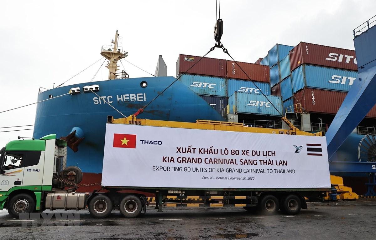 Công ty Cổ phần Ôtô Trường Hải (THACO) xuất khẩu lô 80 xe du lịch Kia Grand Carnival sang Thái Lan. (Ảnh: TTXVN)