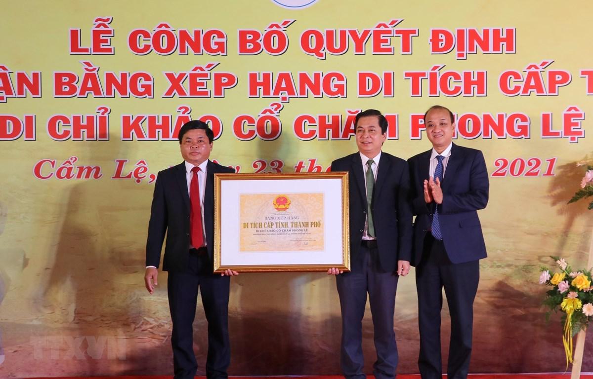 Phó Chủ tịch UBND thành phố Đà Nẵng Lê Quang Nam (ngoài cùng bên phải) trao Bằng xếp hạng Di chỉ khảo cổ Chăm Phong Lệ là Di tích cấp thành phố. Ảnh: Trần Lê Lâm/TTXVN)