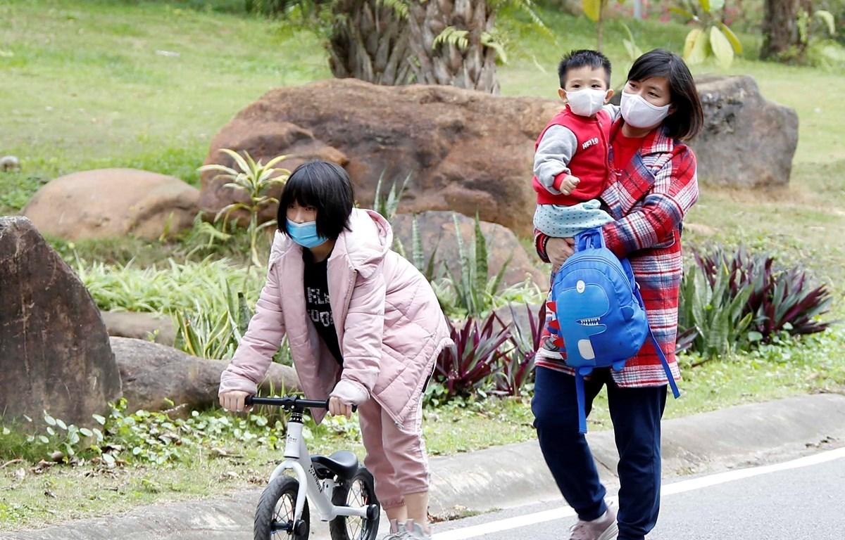 Người dân Việt Nam thực hiện nghiêm túc việc đeo khẩu trang tại nơi công cộng. (Ảnh: Phạm Kiên/TTXVN)