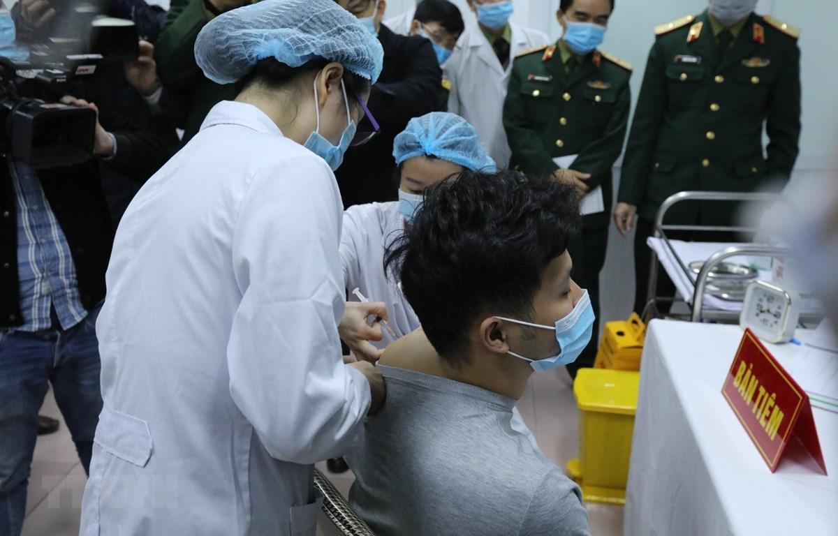 Mũi tiêm vắcxin Nano Covax ngừa COVID-19 đầu tiên trên người tình nguyện tại Việt Nam. (Ảnh: Minh Quyết/TTXVN)
