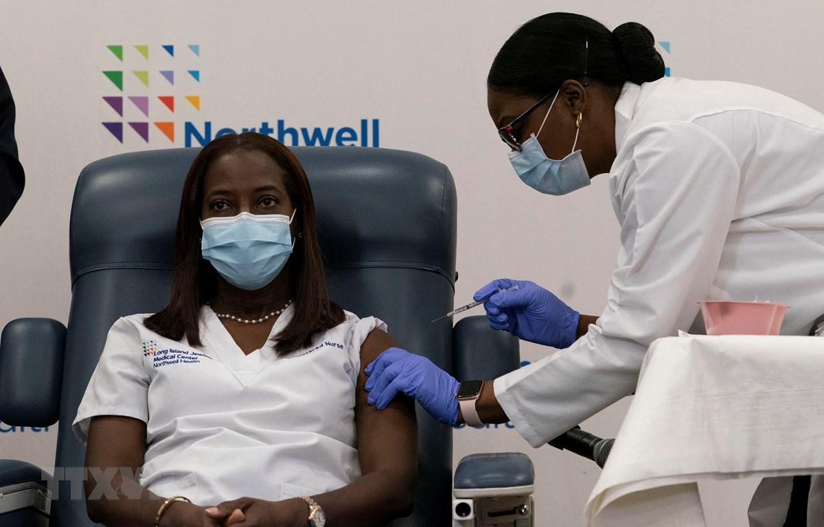 Nhân viên y tế tiêm vắcxin phòng COVID-19 cho người dân tại New York, Mỹ. (Ảnh: AFP/TTXVN)