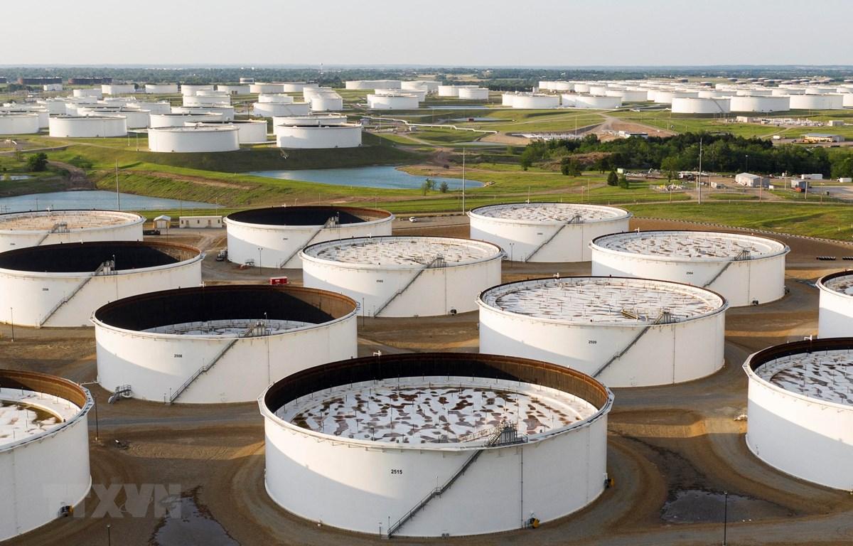 Bể chứa dầu thô tại Cushing, Oklahoma, Mỹ. (Ảnh: AFP/TTXVN)