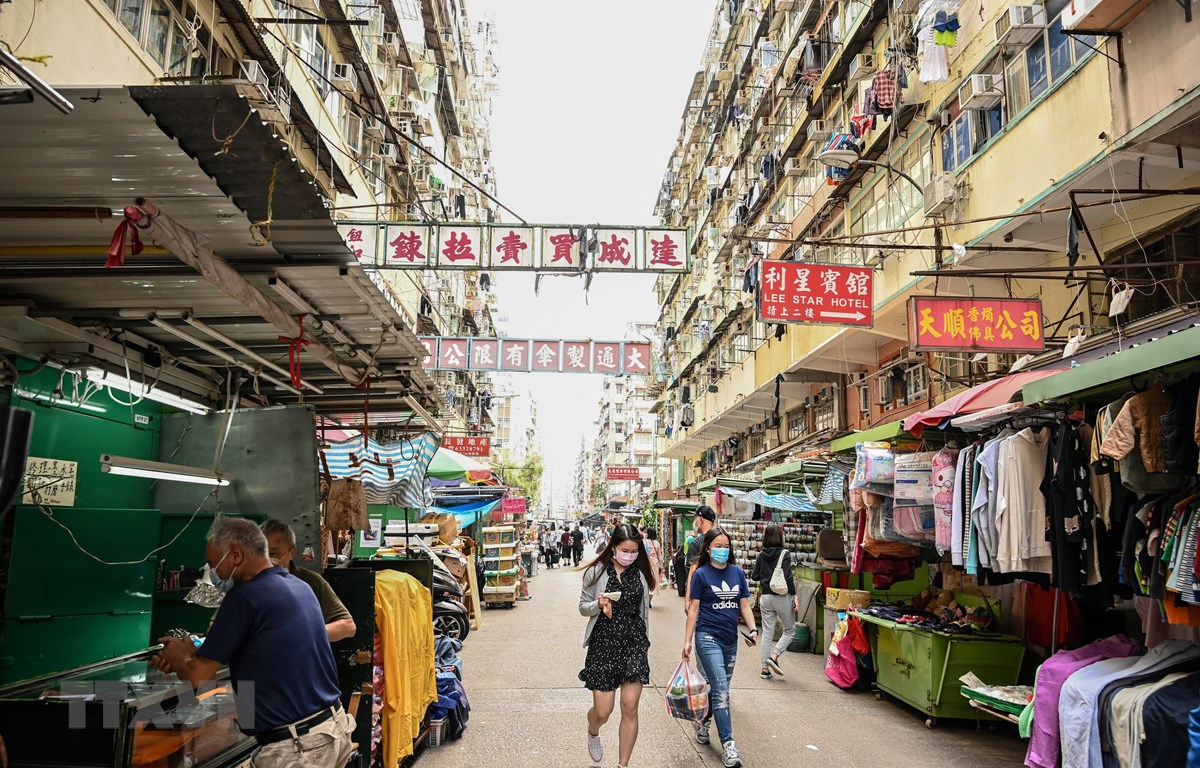 Một phố mua sắm ở Hong Kong, Trung Quốc. (Ảnh: AFP/TTXVN)