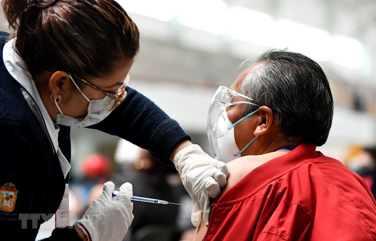 Nhân viên y tế tiêm vắcxin phòng COVID-19 cho người dân tại Ecatepec, Mexico, ngày 22/2/2021. (Ảnh: THX/TTXVN)