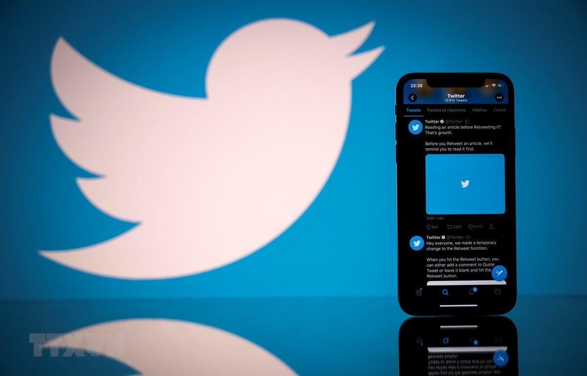 Biểu tượng Twitter trên màn hình điện thoại di động và máy tính bảng. (Ảnh: AFP/TTXVN)