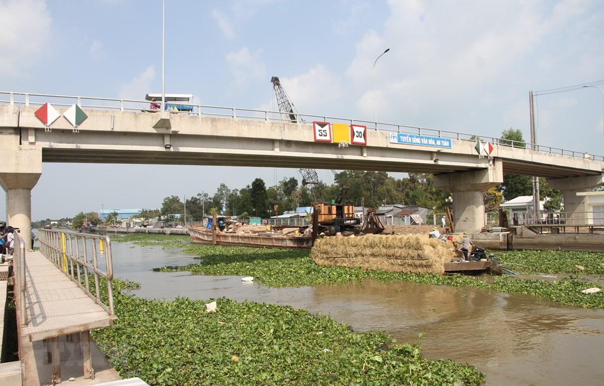 Cống âu thuyền Ninh Quới (huyện Hồng Dân, Bạc Liêu) vận hành góp phần điều tiết mặn ngọt giữa 2 tỉnh Bạc Liêu-Sóc Trăng. (Ảnh: Chanh Đa-TTXVN)