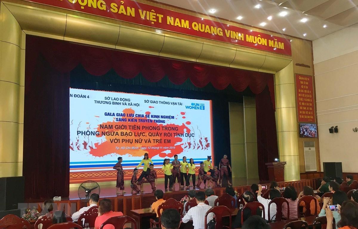 """Chương trình """"Tháng hành động vì bình đẳng giới và phòng ngừa ứng phó với bạo lực trên cơ sở giới"""" được tổ chức tại Quân Đoàn 4, Thành phố Hồ Chí Minh. (Ảnh: Thanh Vũ/TTXVN)"""