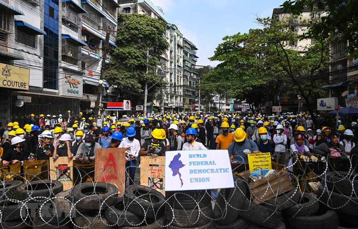 Người biểu tình tập trung tại Yangon, Myanmar phản đối việc nắm quyền lãnh đạo đất nước của các quan chức quân đội cấp cao, ngày 3/3/2021. (Ảnh: AFP/TTXVN)