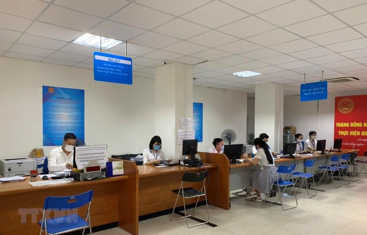 Hoạt động nghiệp vụ tại Cục Thuế Hà Nội. (Ảnh: TTXVN phát)