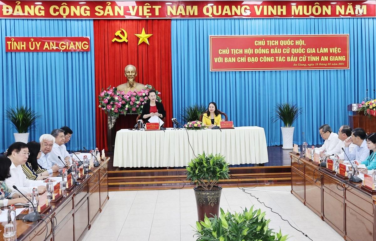 Chủ tịch Quốc hội Nguyễn Thị Kim Ngân, Chủ tịch Hội đồng Bầu cử quốc gia với Ban Chỉ đạo công tác bầu cử tỉnh An Giang. (Ảnh: Trọng Đức/TTXVN)